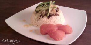 Receta de cuscus con ternera y cebolla, acompañada de tomates confitados